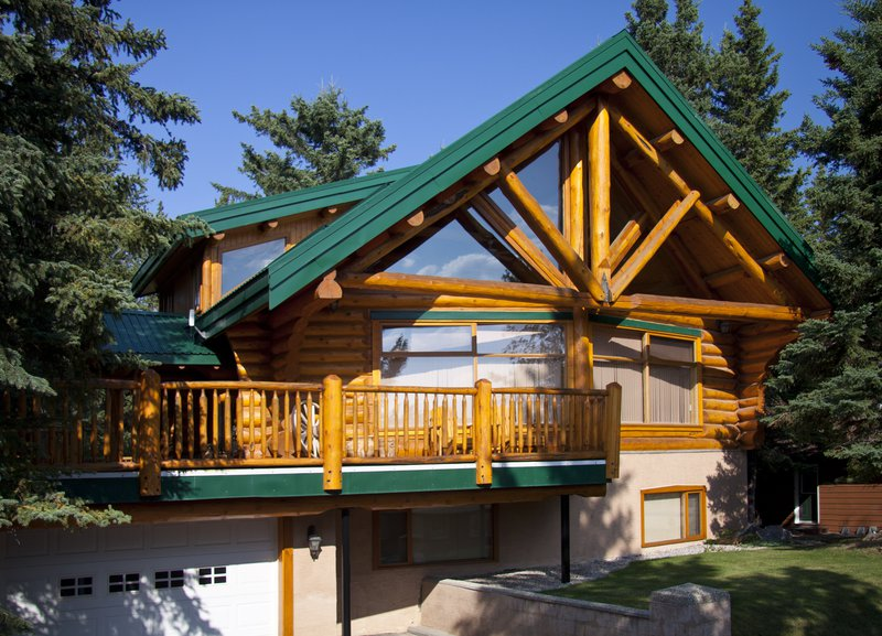 Overlander Mountain Lodge Exterior